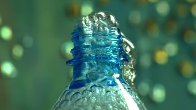 bąbelki wody mineralnej wypływające z butli - ウォーターボトル点の映像素材/bロール