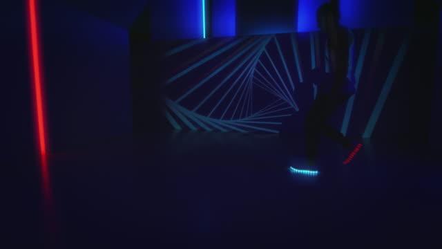 B-Boy-Mann tut Bremse Bewegungen im Club tanzen