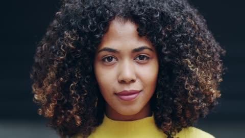 vidéos et rushes de soyez à l'aise et confiant avec qui vous êtes - cheveux frisés