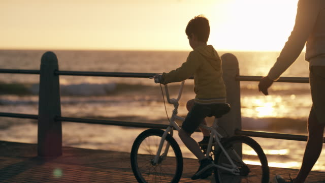 vídeos de stock e filmes b-roll de be there to teach them the simple things - bicicleta