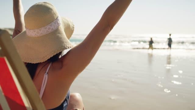 vídeos y material grabado en eventos de stock de playa siempre es igual a diversión veces - tumbona