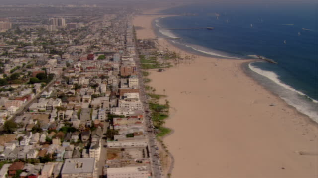 stockvideo's en b-roll-footage met aerial beach and buildings, santa monica, california, usa - noordelijke grote oceaan