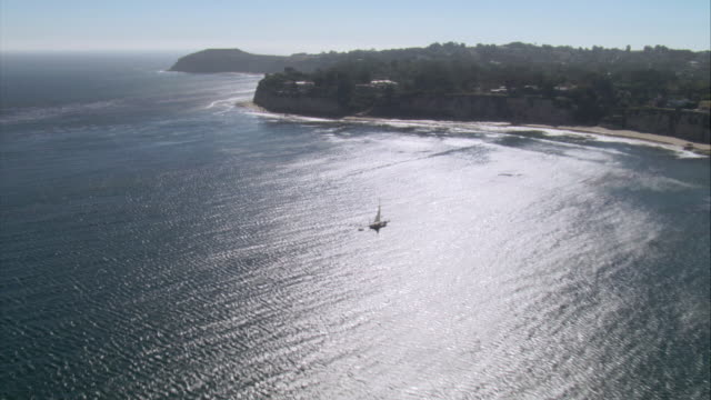 stockvideo's en b-roll-footage met aerial beach and houses above on rocky cliff along the coast / malibu, california, united states - malibu