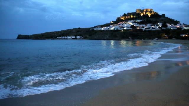 vídeos y material grabado en eventos de stock de beach and the acropolis at lindos - espuma