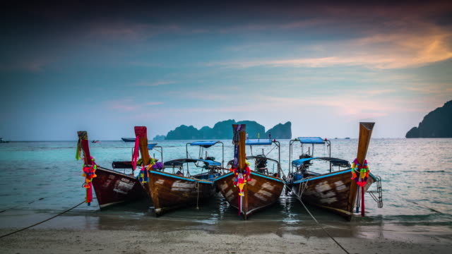 vídeos de stock e filmes b-roll de beach and tropical sea with longtail boat in thailand - ilhas phi phi