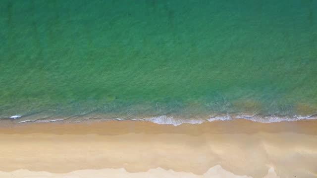 stockvideo's en b-roll-footage met strand en golven vanaf het bovenste uitzicht. turquoise waterachtergrond van hoogste mening. zomer zeegezicht vanuit de lucht. top view vanaf drone. reisconcept en idee - vachtpatroon