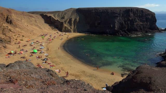 vídeos y material grabado en eventos de stock de beach at playa del pozo, playas de papagayo, lanzarote, canary islands, spain, atlantic, europe - cultura mediterránea
