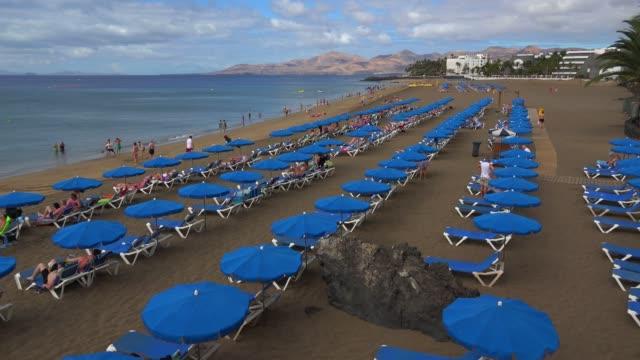 beach at puerto del carmen, lanzarote, canary islands, spain, atlantic, europe - sunbed stock videos & royalty-free footage