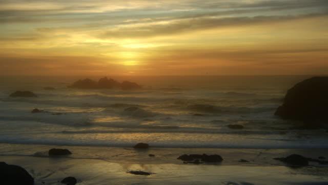 vidéos et rushes de beach at sunset, oregon coast - écume