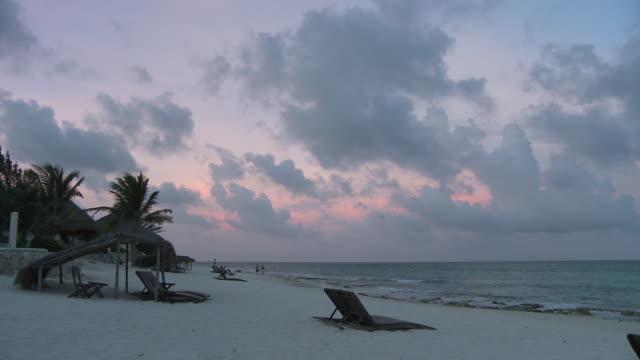 vídeos y material grabado en eventos de stock de ws, beach at sunset, playa del carmen, quintanaroo, mexico - playa del carmen