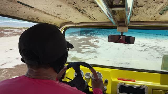 vidéos et rushes de conducteur de buggy de plage dans des dunes de sable - 4x4