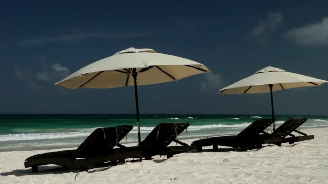 vídeos de stock e filmes b-roll de praia cadeiras e palapas - riviera maia