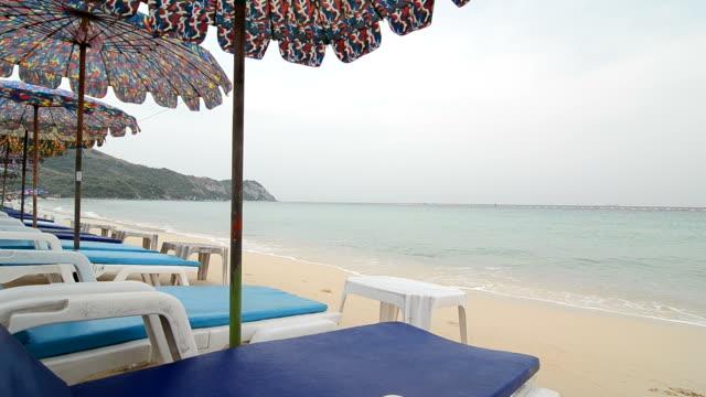 vídeos de stock, filmes e b-roll de cadeiras de praia - cadeira dobrável
