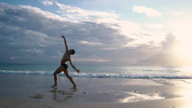 beach dancing - モダンダンス点の映像素材/bロール