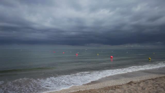 vídeos de stock, filmes e b-roll de praia nuvens negras-hd - boia equipamento marítimo de segurança