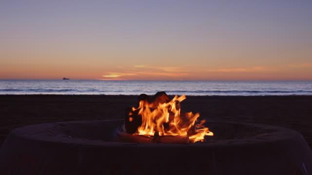 vídeos y material grabado en eventos de stock de fogata en la playa - hoguera de campamento