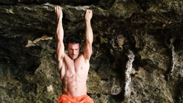 vídeos de stock e filmes b-roll de beach fitness - flexão de braço