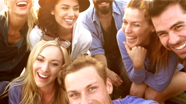 stockvideo's en b-roll-footage met slow motion - beach friends group selfie - publiek