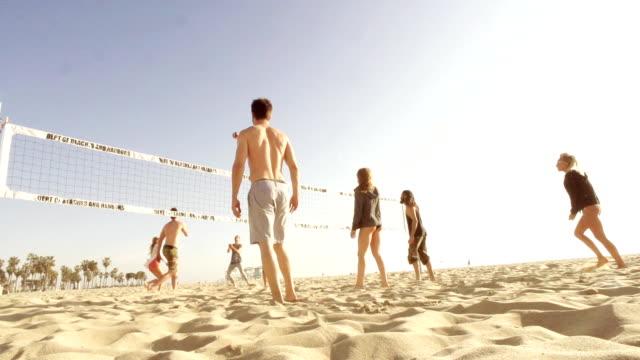 zeitlupe-strand freunde-gruppe - volleyball spielball stock-videos und b-roll-filmmaterial