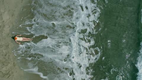vídeos y material grabado en eventos de stock de playa desde arriba - técnica de textura grunge