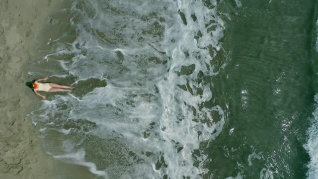 vídeos de stock e filmes b-roll de beach from above - técnica de imagem grunge