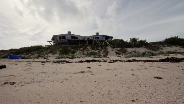 beach house destroyed by hurricane on great guana cay, abaco, bahamas - 色が変わる点の映像素材/bロール