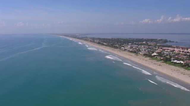 vidéos et rushes de beach houses and resorts line a narrow peninsula in tampa, florida. - golfe du mexique
