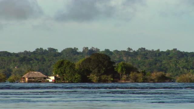 stockvideo's en b-roll-footage met ws beach hut on river negro small island / sao gabriel da cachoeira, amazonas, brazil - color negro