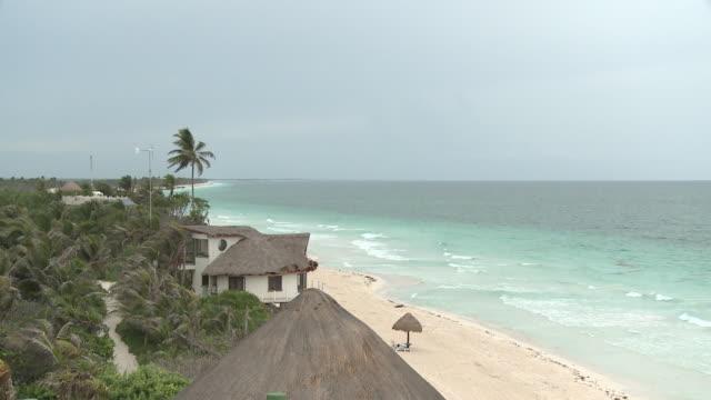 vídeos y material grabado en eventos de stock de ws, ha, beach huts facing sea, playa del carmen, quintanaroo, mexico - playa del carmen