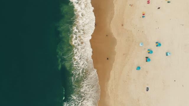 vídeos de stock, filmes e b-roll de praia no rio de janeiro, brasil, de cima - toalha de praia