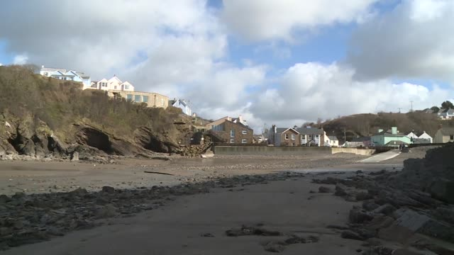 vídeos y material grabado en eventos de stock de pembrokeshire little haven ext various views of beach that is the first in the uk to ban smoking sign saying that the beach is smoke free - pembrokeshire
