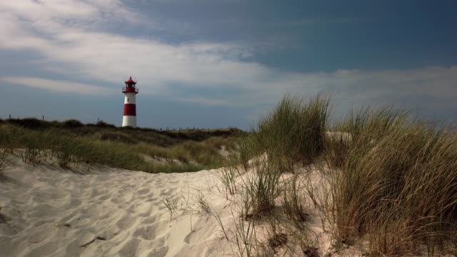 stockvideo's en b-roll-footage met beach lighthouse in the dunes on the island of sylt - leuchtturm in list auf sylt - tina terras michael walter