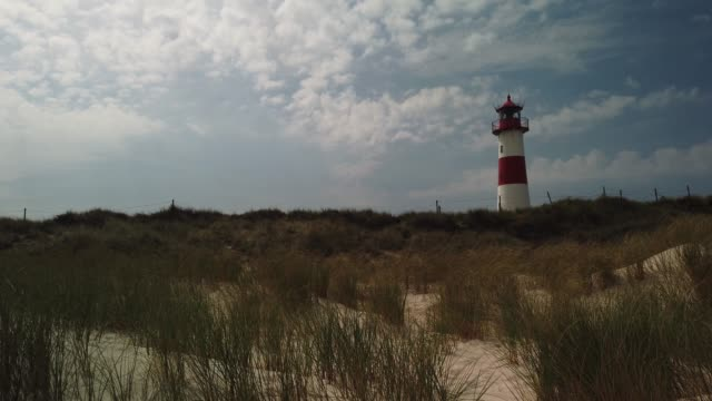 beach lighthouse in the dunes on the island of sylt - leuchtturm in list auf sylt - tina terras michael walter 個影片檔及 b 捲影像