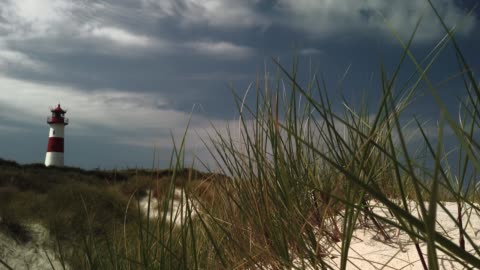 beach lighthouse in the dunes on the island of sylt - leuchtturm in list auf sylt - tina terras michael walter stock-videos und b-roll-filmmaterial