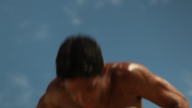 vídeos y material grabado en eventos de stock de beach, man doing fitness training - flexiones