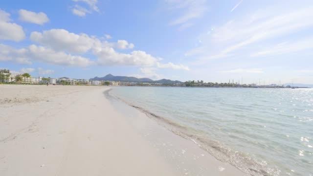 アルクディアのビーチ、マヨルカ島、スペイン - マヨルカ点の映像素材/bロール