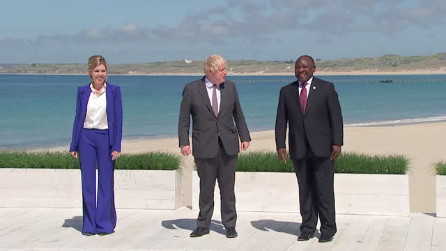 beach photocall with boris johnson pm, his wife carrie, and south african president cyril ramaphosa, part of the extended g7 family, carbis bay - wife stock videos & royalty-free footage