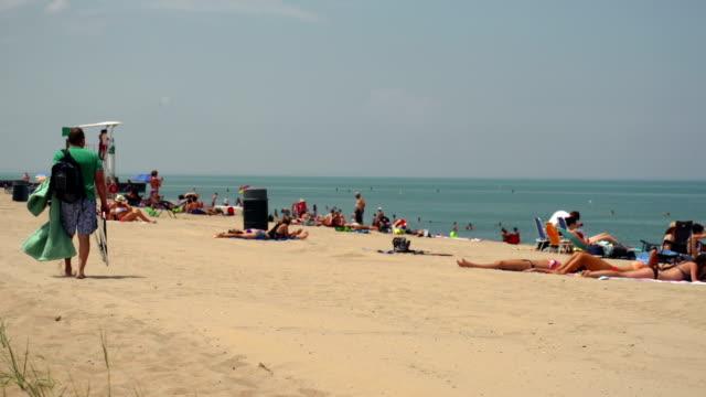 vídeos de stock, filmes e b-roll de cena de praia com roupa de banho de sol - toalha de praia