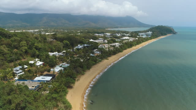 vídeos de stock e filmes b-roll de beach shots with drone of cairns taken in the morning - vista geral
