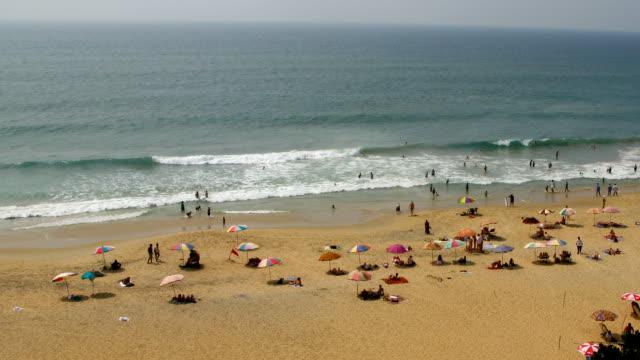 vídeos de stock e filmes b-roll de пляж замедленная съемка - chapéu de sol