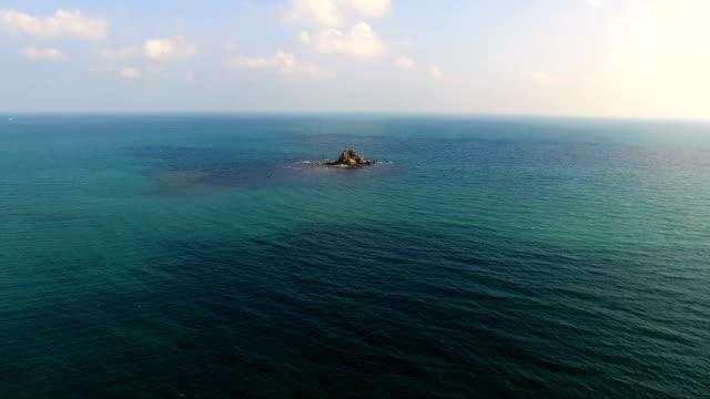 ビーチの上の眺め - 泡立つ波点の映像素材/bロール