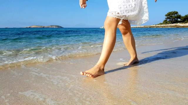 vidéos et rushes de promenade de plage - activité de loisirs