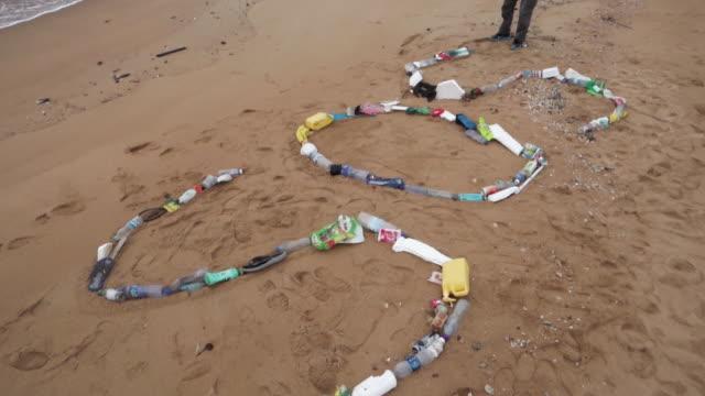 beach waste sos - oceano pacifico video stock e b–roll