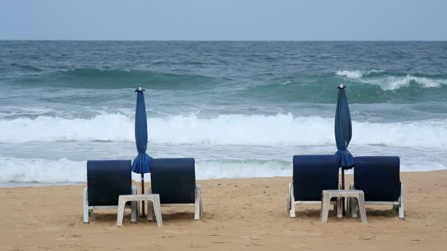 vídeos de stock, filmes e b-roll de praia com espreguiçadeira - espreguiçadeira