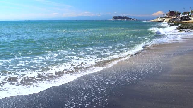 富士山と江ノ島とのビーチ - 相模湾点の映像素材/bロール