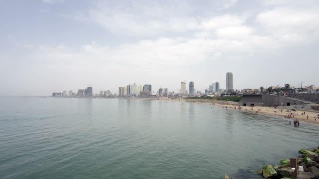 strand mit skyline-zeitraffer - tel aviv stock-videos und b-roll-filmmaterial