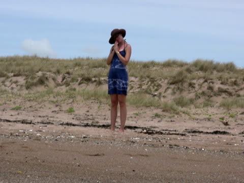vídeos de stock, filmes e b-roll de praia de ioga: namaste músculos e alongamento do pescoço - boa postura