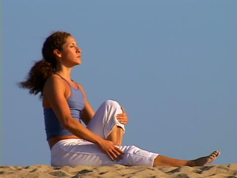 beach yoga - einzelne frau über 30 stock-videos und b-roll-filmmaterial
