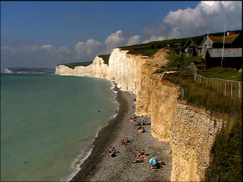 beachy head cliffs and lighthouse and belle tout lighthouse sussex - kreidefelsen stock-videos und b-roll-filmmaterial