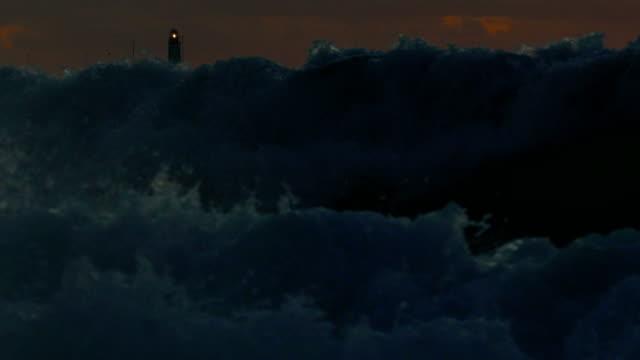 vidéos et rushes de phare de lumière par des ondes de tempête - lighthouse